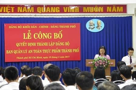 Đồng chí Huỳnh Phong Vân công bố Quyết định về việc thành lập Đảng bộ cơ sở Ban Quản lý An toàn thực phẩm thành phố