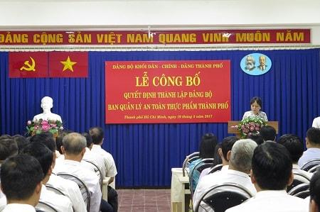Đồng chí Phạm Khánh Phong Lan trình bày nhiệm vụ trọng tâm và chương trình hoạt động năm 2017 của Đảng bộ Ban Quản lý An toàn thực phẩm